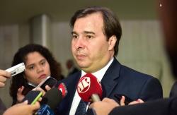 Agindo como Eduardo Cunha, Maia pressiona para trocar ministro do Trabalho