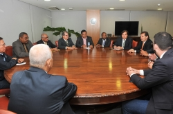 Presidente interino Rodrigo Maia recebe lideranças das centrais sindicais no Planalto