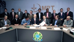 Ministério e centrais firmam acordo para restituir saldo residual do imposto sindical